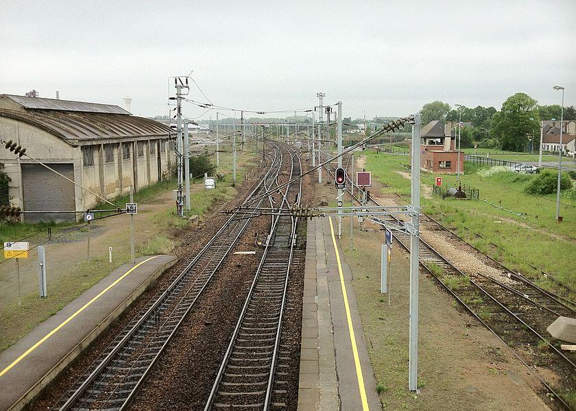 Photographie des voies de la gare de Chauny le 28 mai 2011 au lever du soleil.
