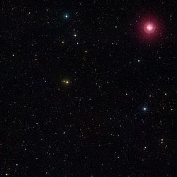 Mira er den smukke røde stjerne oppe til højre.