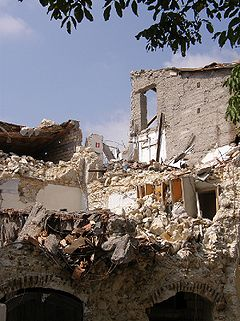 Earthquake damage near Abruzzo, Italy, 2009 (RaBoe via Wikimedia Commons)