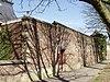 foto van Kasteel Amstenrade: bakstenen muur ten zuidwesten van de poort naar de moestuin