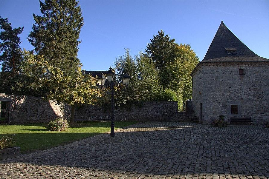 Les bâtiments ayant appartenu à l'ancienne Seigneurie de Godinne, à savoir: la tour de l'église Saint-Pierre, le château style Renaissaance espagnole y accolé et la grande ferme (avec corps de logis, écuries, grande, etc.), séparée des édifices précédents par la route de Rouillon (M) et ensemble formé par les édifices précités et leurs abords (S)
