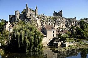 Juché sur un piton rocheux, le château, monument emblématique de la cité.