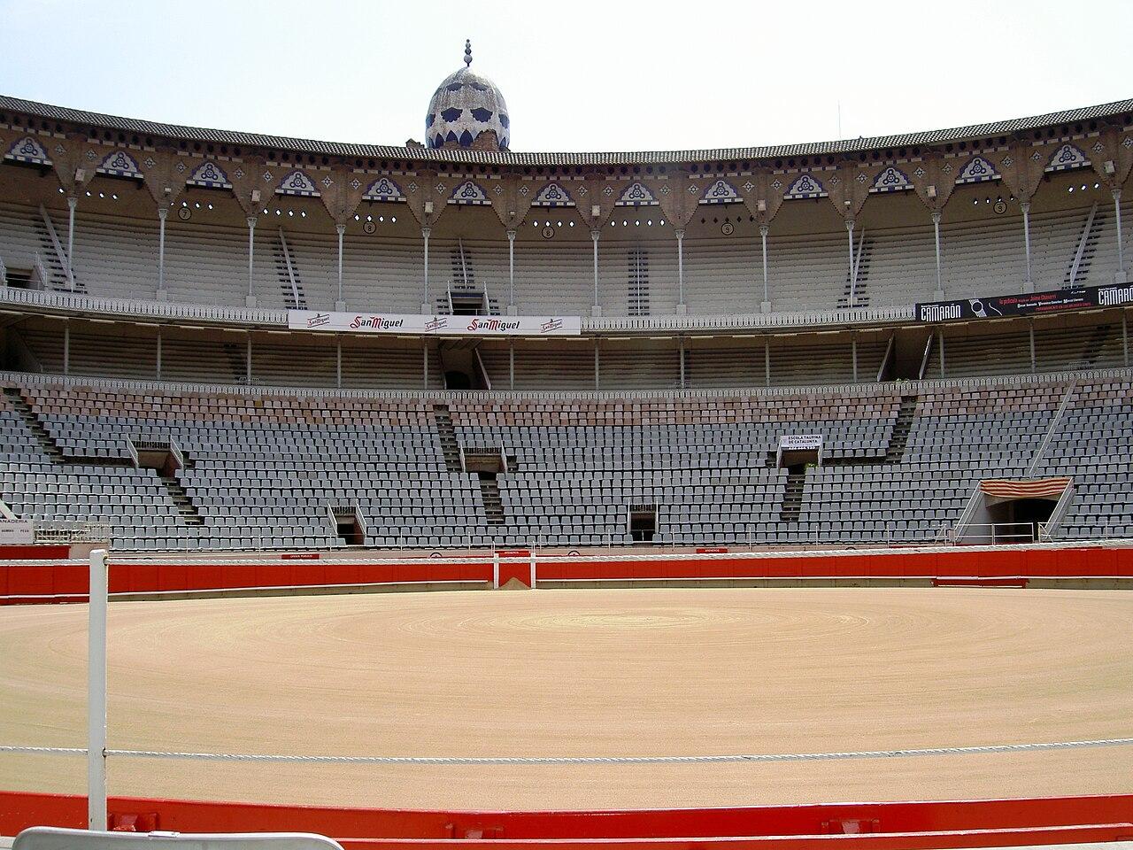 1280px-Arena_dei_tori_a_Barcellona.JPG