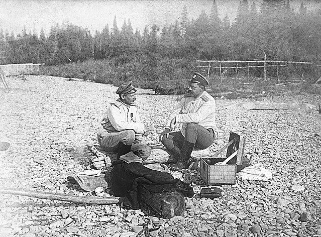 Штабс-капитаны В. К. Арсеньев и П. В. Шкуркин (слева направо). Лето 1910 г.