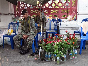 Public opinion of the 2006 Thai coup d'état - Soldiers watching over bunch of roses given by supporters