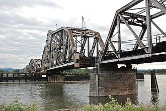 Burlington Northern Railroad Bridge 9.6 - Image: BNSF Bridge 9.6 swing span turned slightly