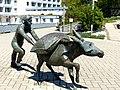Bad Sassendorf – Bronze-Skulpturen – Salzesel mit Siedeknecht - panoramio.jpg
