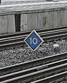 Bahnhof Amsterdam Centraal 05 Halttafel.JPG