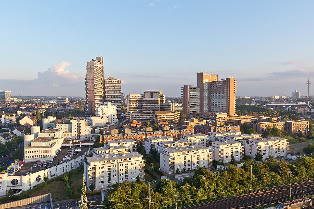 Ballonfahrt über Köln - Wohnbebauung Rudolf-Amelunxen-Straße, Uni-Center, Arbeitsamt, Justizzentrum-RS-3997.jpg