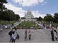 Basílica del Sagrado Corazón desde la escalinata de acceso, Montmartre, París (29058512114).jpg