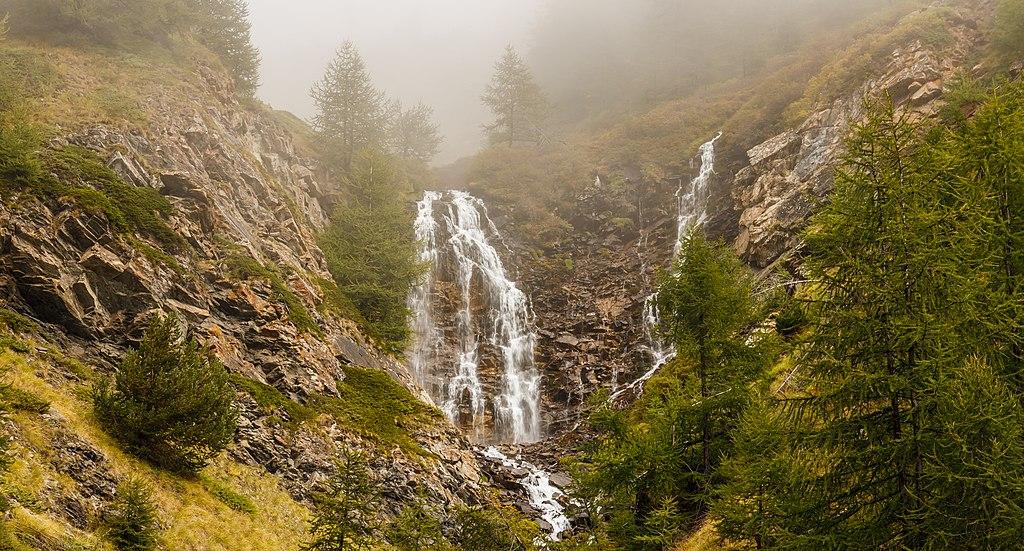 Bergtocht van Gimillan (1805m.) naar Colle Tsa Sètse in Cogne Valley (Italië). Waterval boven Gimillan gedeeltelijk in de mist 03.jpg