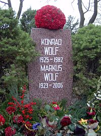 Berlin Friedrichsfelde Zentralfriedhof, Pergolenweg - Konrad + Markus Wolf 2.jpg