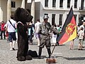 Berliner Baer, DDR Soldat mit Fahne (Berlin Bear, DDR Soldier with Flag) - geo.hlipp.de - 26164.jpg