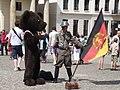 Berliner Baer, DDR Soldat mit Fahne (Berlin Bear, DDR Soldier with Flag) - geo.hlipp.de - 26164.jpg