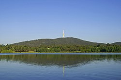 A Black Mountain és Black Mountain Tower a Burley Griffin tó túloldaláról