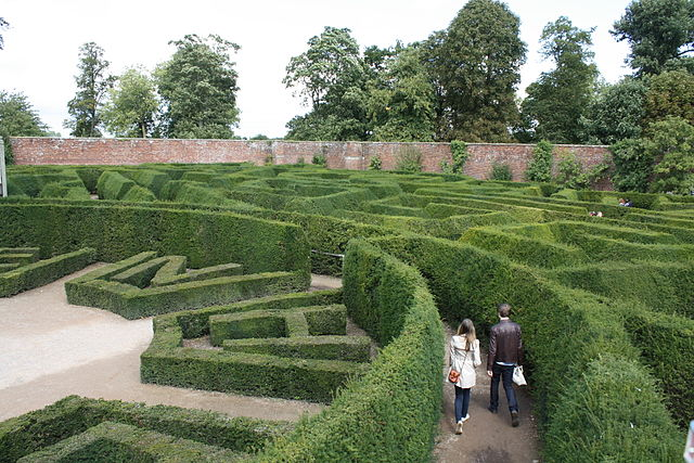 https://upload.wikimedia.org/wikipedia/commons/thumb/b/b0/Blenheim_Palace_Maze_%286093408666%29.jpg/320px-Blenheim_Palace_Maze_%286093408666%29.jpg