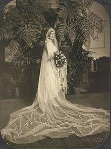 6daef0404da Une robe de mariée en 1929.