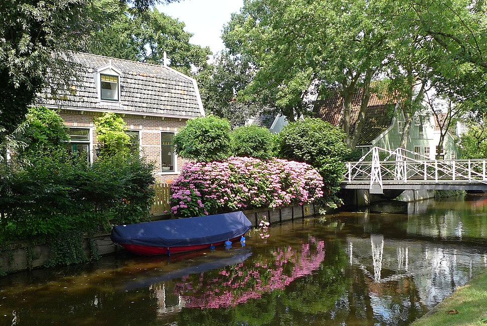 Broek in Waterland, woonhuis aan het Ee