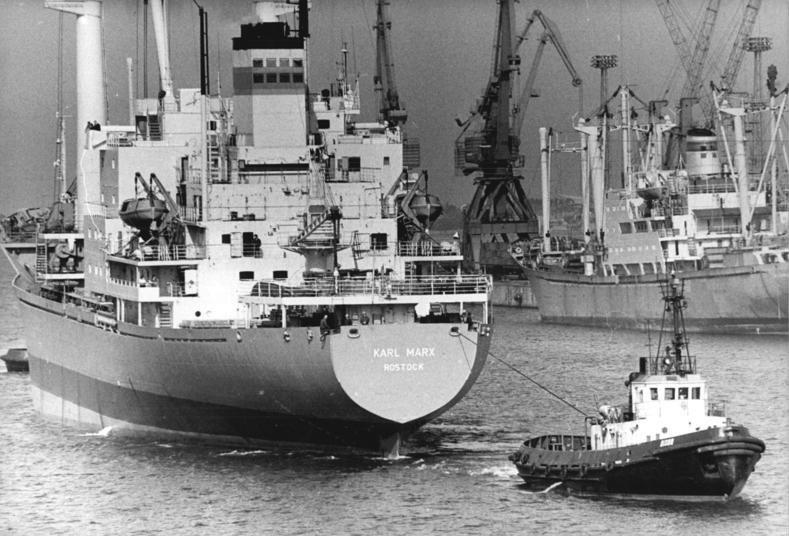 Bundesarchiv Bild 183-1983-0330-002, Rostock, Überseehafen, Frachter, Schlepper