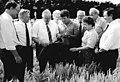 Bundesarchiv Bild 183-1989-0628-043, LPG Seyda, Ernte, Besuch von ZK-Mitgliedern.jpg