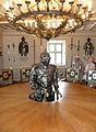 Burg Rabenstein Speisesaal mit Rüstungen.jpg