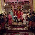 COLLECTIE TROPENMUSEUM Groepsportret tijdens een Minangkabau bruiloft TMnr 20018431.jpg