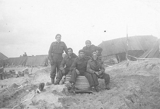 Canadian soldiers on the beach (12123667775)