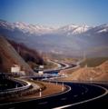 Carretera del puerto de Pozazal saliendo de Cantabria en dirección a la meseta. Al fondo, la cordillera Cantábrica.png