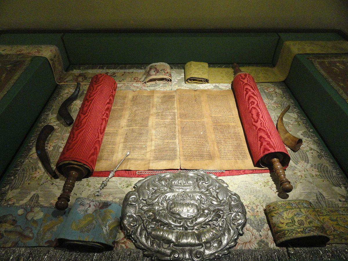 Il martello Torah mantenuto per la donna