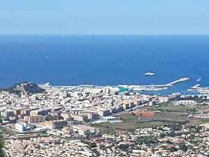 Castillo y puerto de Denia visto desde el Montgó.jpg