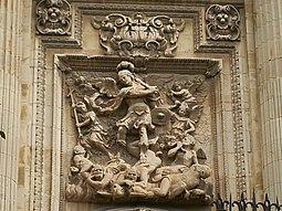 Puerta de los fieles con imagen de San Miguel por Julián Roldán.