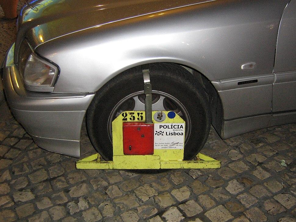 Cepo sancionador inmovilizador de automóviles usado por la Policía de Lisboa