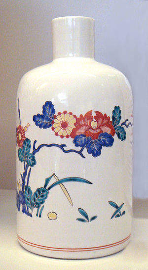 Kakiemon - Chantilly soft-paste porcelain bottle in the Kakiemon style, 1730–1735.
