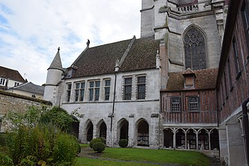 Cloister of Cathédrale Saint-Pierre de Beauvais 46.JPG