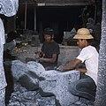 Collectie NMvWereldculturen, TM-20026877, Dia, 'Beeldhouwers aan het werk in een steenhouwerij te Muntilan', fotograaf Boy Lawson, 1971.jpg