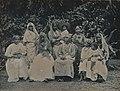 Collectie Nationaal Museum van Wereldculturen TM-60062247 Groepsfoto van vrouwen en kinderen Trinidad fotograaf niet bekend.jpg