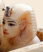 Couvercle dun des vases canopes de Toutânkhamon (musée du Caire Egypte) (1815596590).jpg