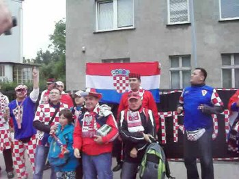 Plik:Croatian and Polish supporters singing together before Croatia - Italy match, Poznań, June 14, Euro 2012.ogv