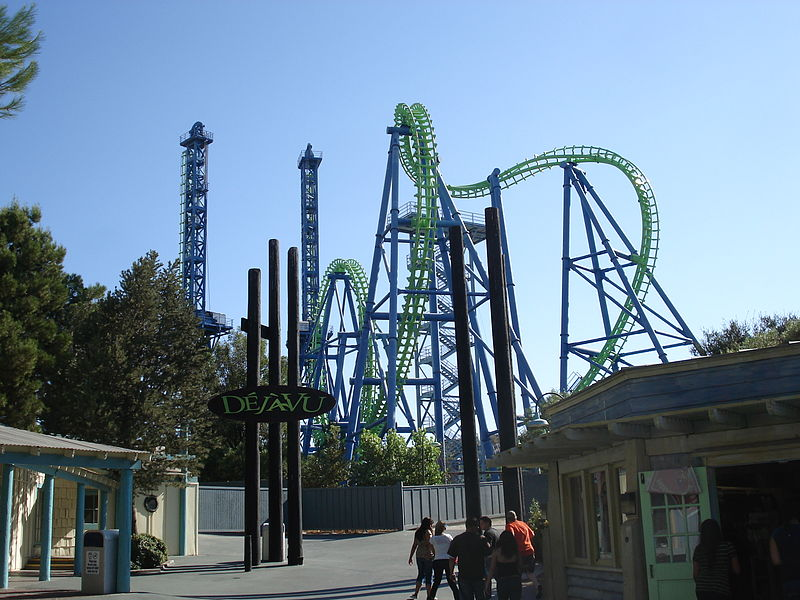 Datei:Déjà Vu roller coaster at Six Flags Magic Mountain.jpg