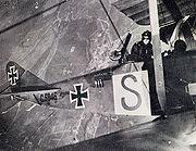 """Avion militaire allemand. Sa mitrailleuse LMG 14 """"Parabellum"""" est bien visible"""