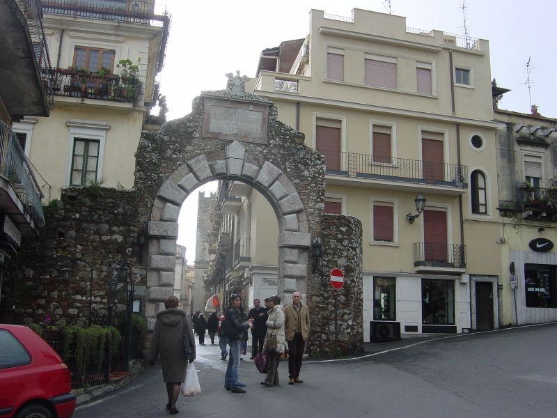 File:DSC01798 - Taormina - Porta Messina - foto di Giovanni Dall'Orto, 28-1-2006.jpg