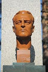 Bronzová busta Leopolda Pokorného před sportovním areálem