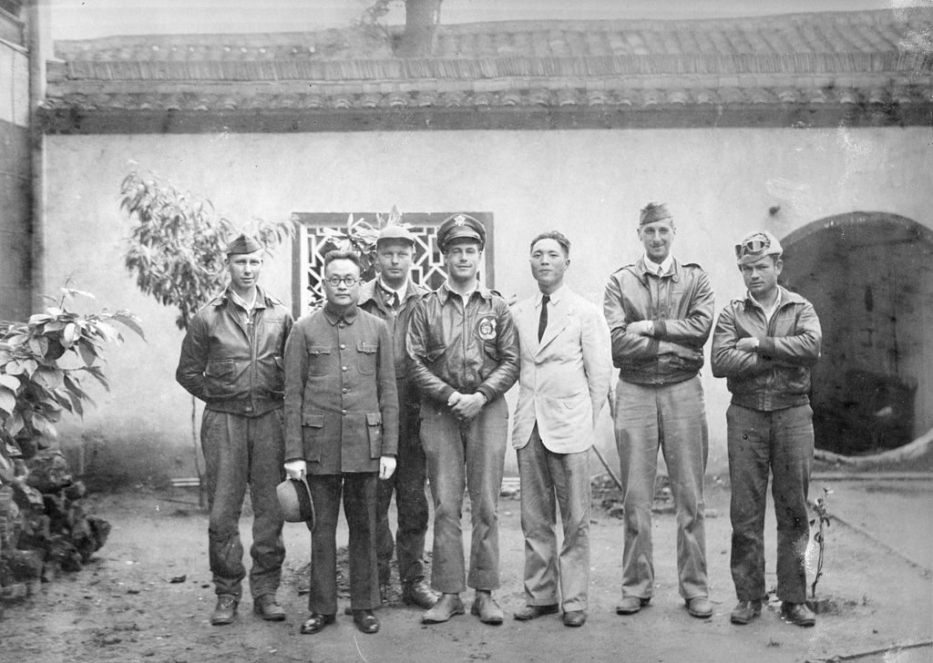 file doolittle raid crew of lt hoover in china 1942 jpg