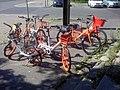 Drei verschieden Anbieter von Leihfahrrädern an der Ecke zum Volkspark Prenzlauer Berg; ama fec170619 10.01.jpg