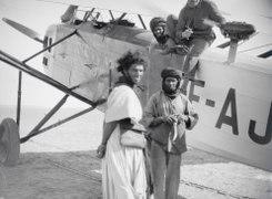 ETH-BIB-Männer bei französischem Flugzeug am Kap Juby-Tschadseeflug 1930-31-LBS MH02-08-1090.tif