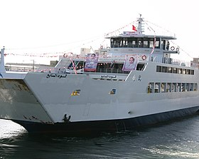 Car-ferry « El Loud 7 » décoré de portraits et de slogans présidentiels