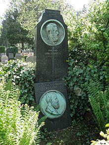 Naumanns Grab (vorn) auf dem Trinitatisfriedhof in Dresden (Quelle: Wikimedia)