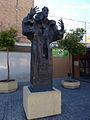 Escultura junto a la parroquia de San Francisco Javier.jpg