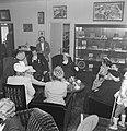 Fabrieksdirecteur Albert van Abbe temidden van enkele vrouwen met hoofddeksels , Bestanddeelnr 255-8461.jpg