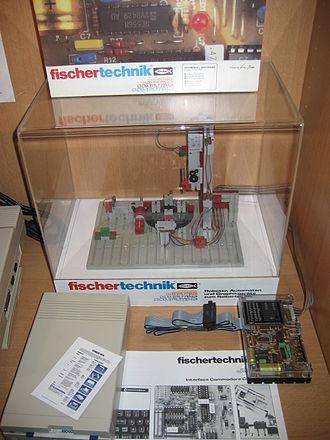 Fischertechnik - Image: Fischertechnik Roboter mit C64 Interface